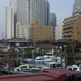 船着き場の船と品川駅港南口の高層ビル群